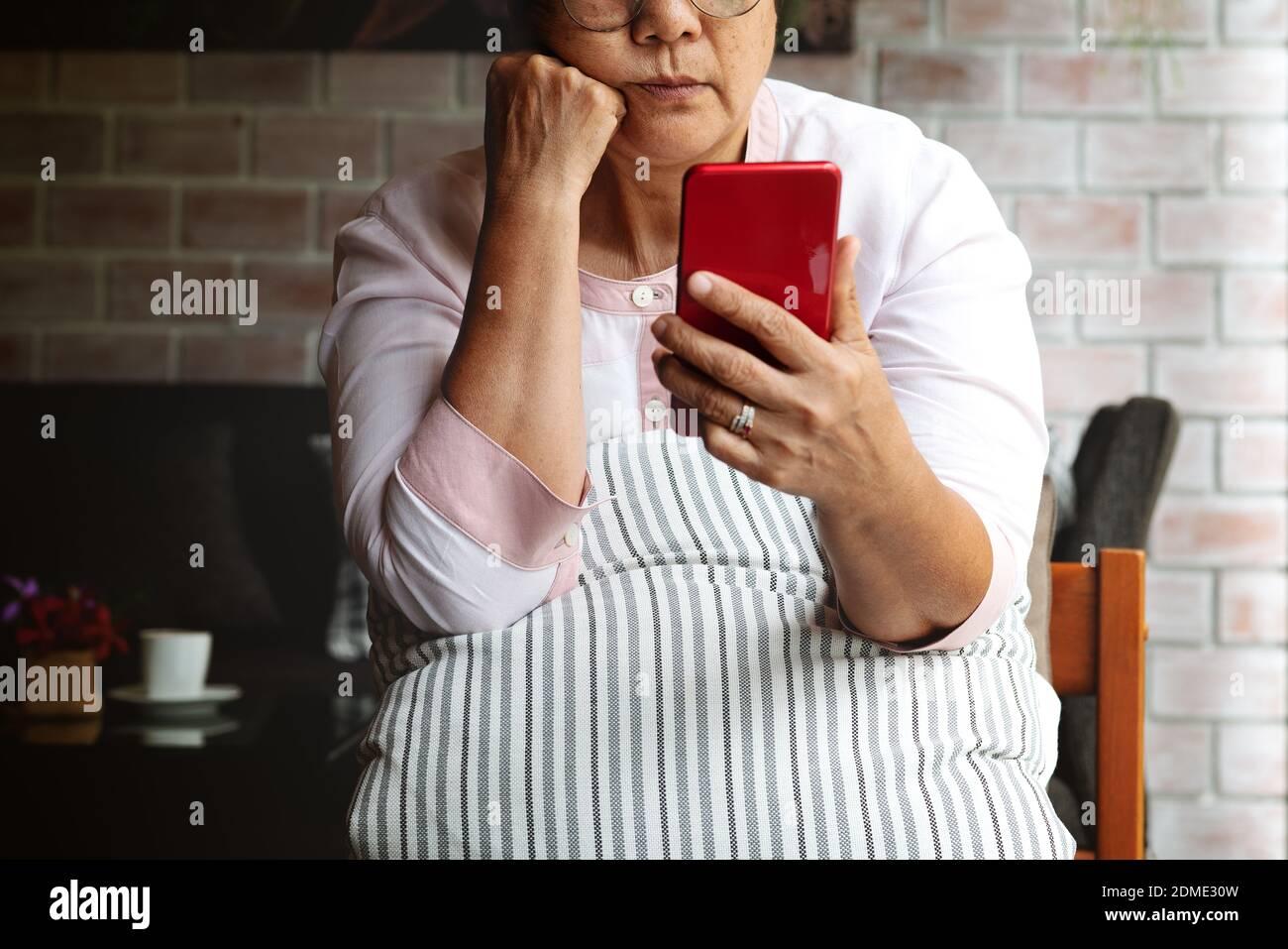 Ältere reifen Frau Gefühl langweilig verzweifelt auf der