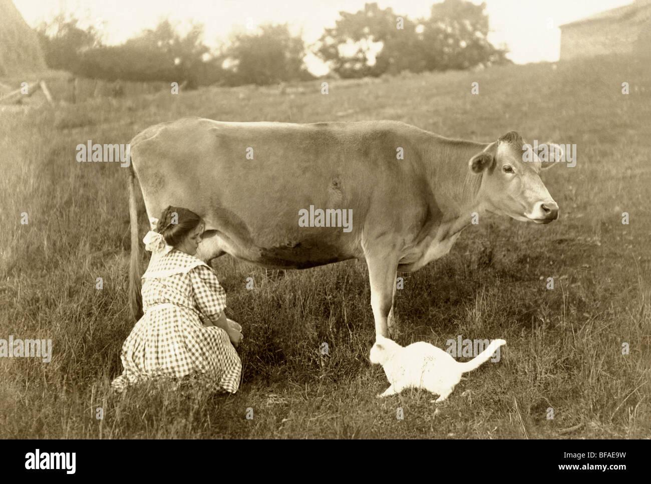 Mädchen Melken die Kuh auf der Weide & Fütterung Katze