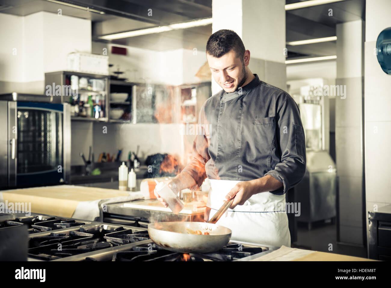 Küchenchef im Hotel oder Restaurant Küche arbeiten und