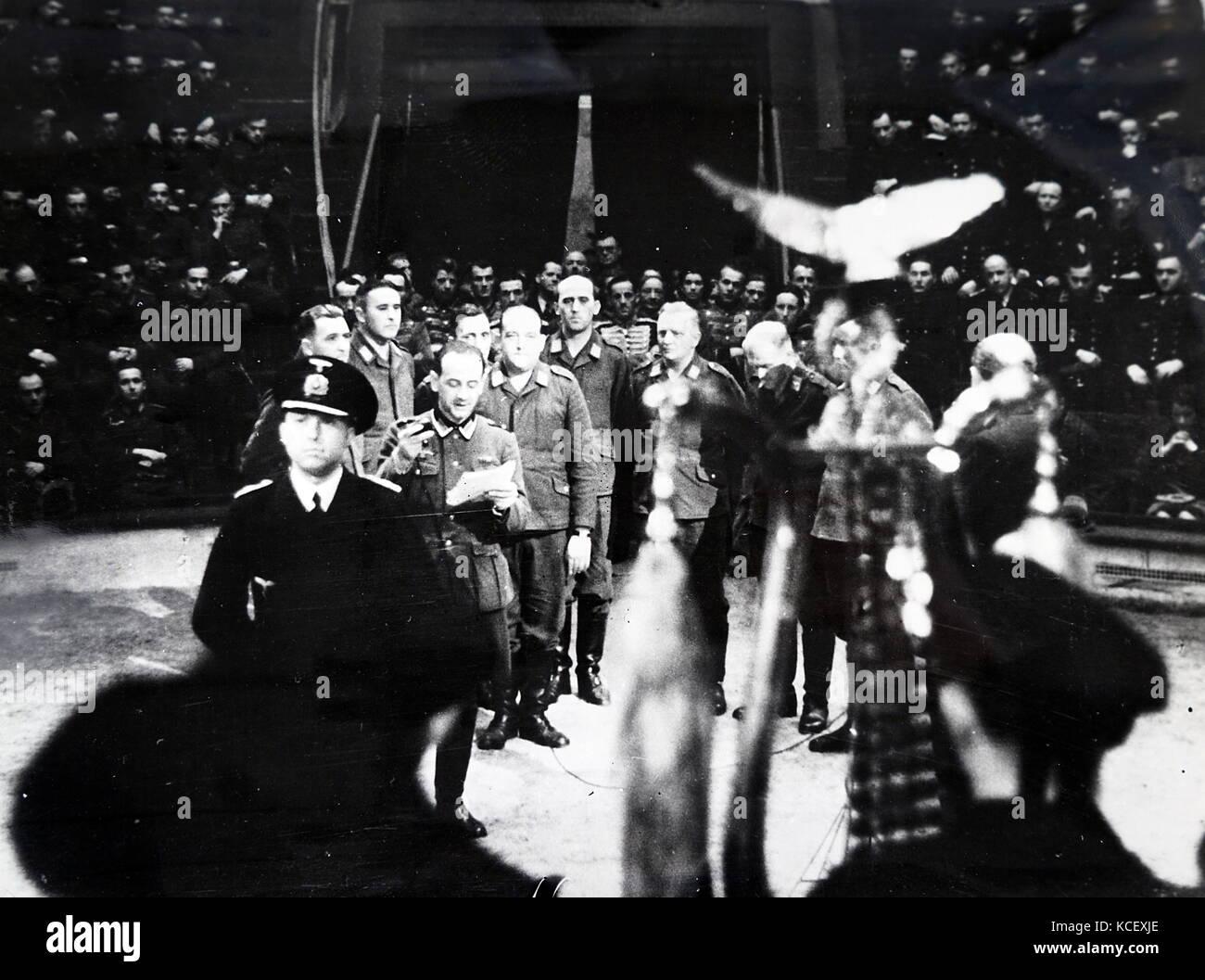 Foto von NS-Soldaten singen zu Beginn der Zirkus in Paris