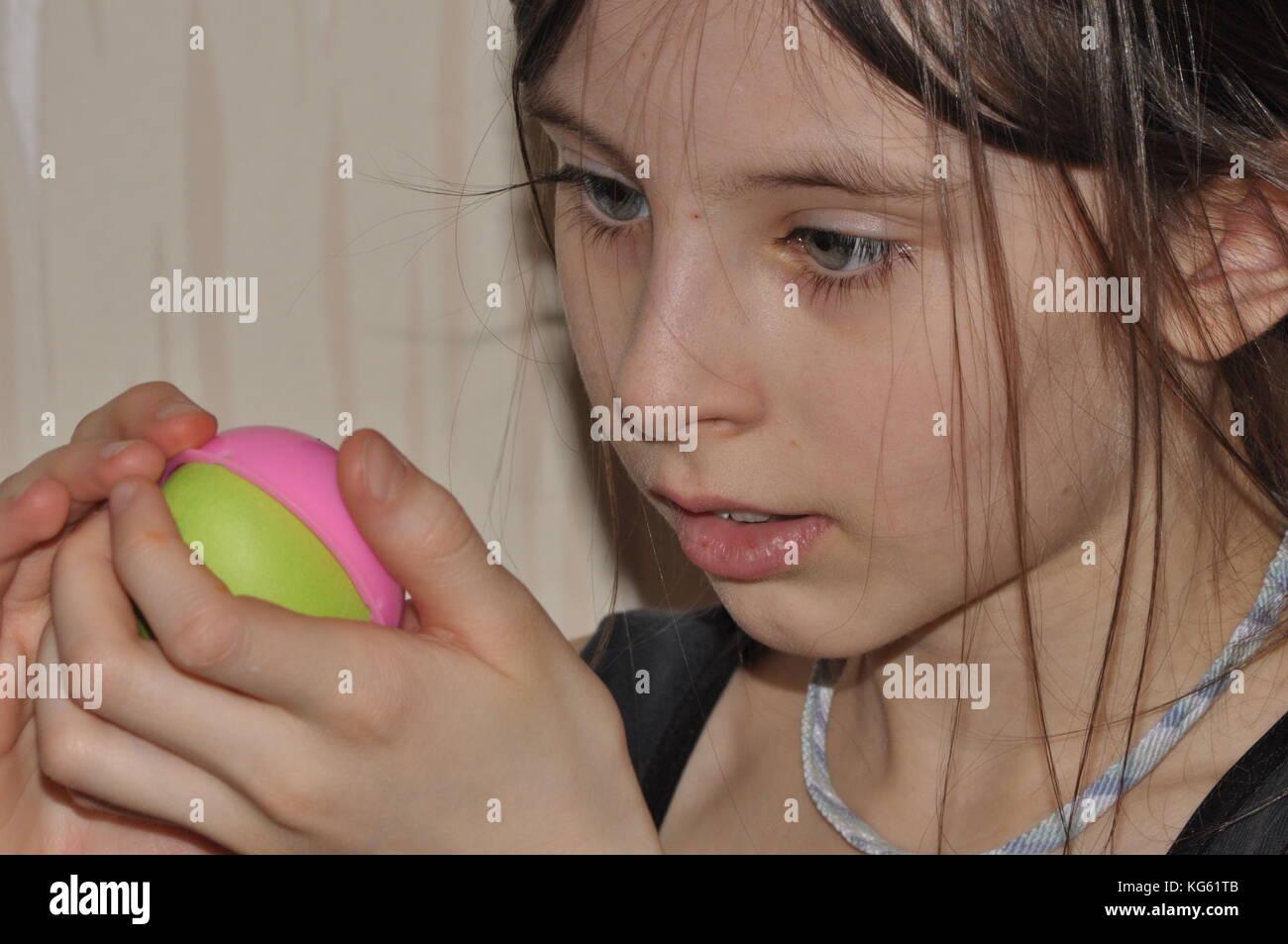 Das Mädchen, das ein Kind tun Weihnachtsschmuck. focus
