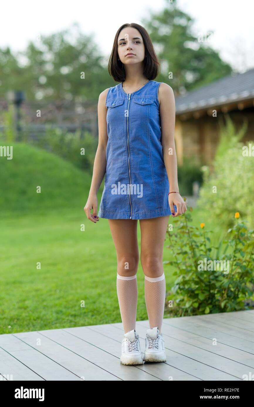 Outdoor portrait einer hübschen jungen Mädchen 16 Jahre